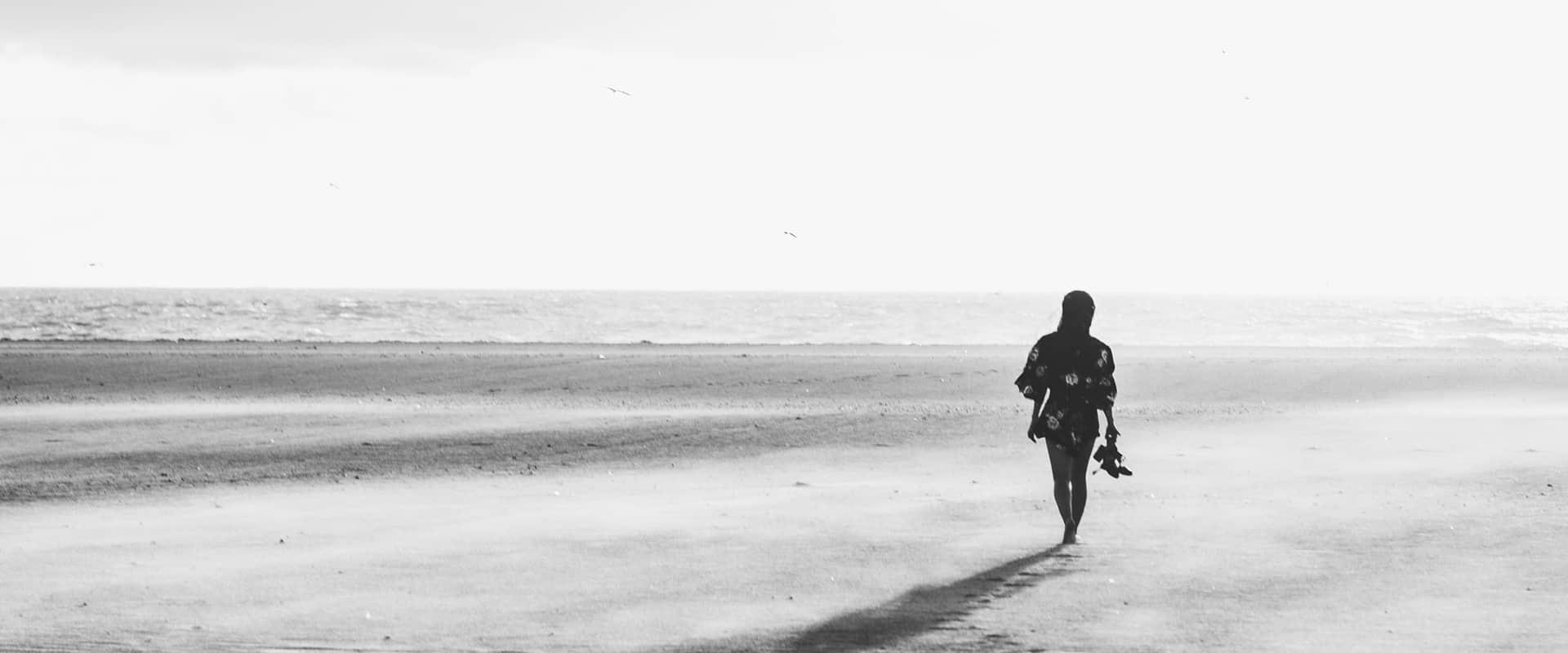 Schoonheidssalon Duiven Petra Barthen Professional Skincare | Header vrouw op strand